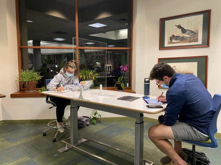 Students follow library COVID-19 rules to practice safe studying with others. Photo by Rose Flaherty '23