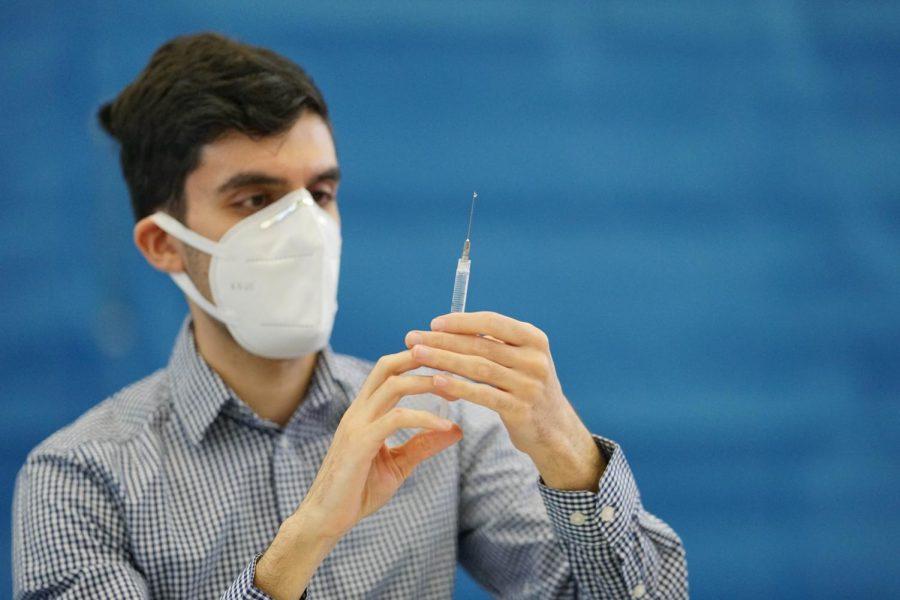 A Rite Aid clinician prepares to administer Pfizer vaccine. Photo by Erick Sun '24.